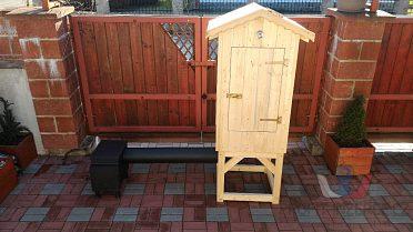 Nová dřevěná udirna s topeništěm