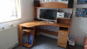 Rohový psací stůl