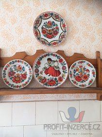 Dřevěná polička s ručně malovanými talíř