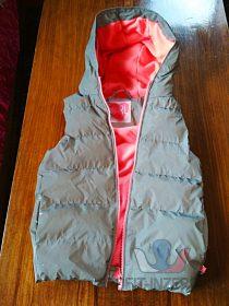 Stříbrná reflexní vesta prošívaná s kapu