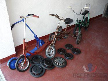 Staré koloběžky, tříkolka, kolo Blesk.