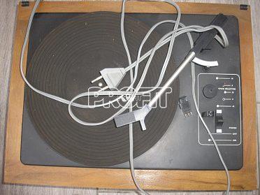 Starý gramofon a rádio s reproduktory