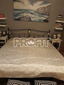Černý kovový rám postele