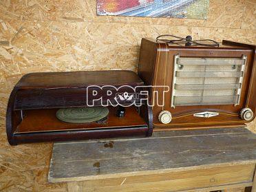 Starý gramofon, rádio a šelakové desky.