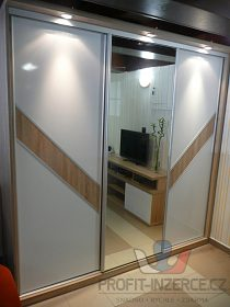 skříň se zašupovacími dveřmi a zrcadlem