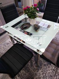 skleněný stůl