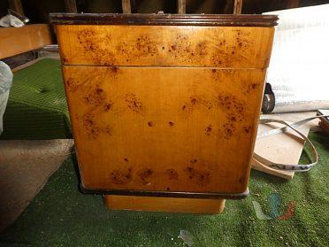 Starší noční stolek
