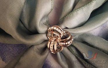 Ozdobná elegantní spona na šátek