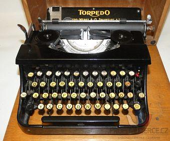 Starý psací stroj značky Torpedo