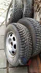 Plechové disky s pneumatikami.