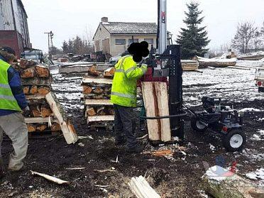 Dřevo štípačka předvedu při.praci