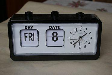 Pěkné hodiny s označ. dne v týdne, čísla měsíce.