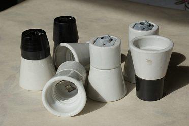 Objímky naZE 27 keramické, bakelitové a smíšené á 30 Kč..
