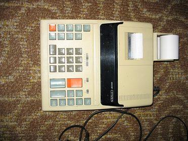 Elektrická kalkulačka s tiskárnou.