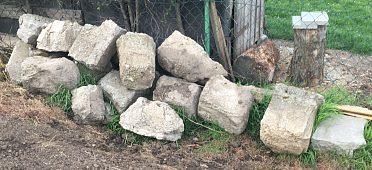 Daruji betonové patky za odvoz