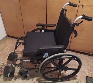 Invalidní mechanický skládací vozík.