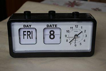 Zajímavé  hodiny s označ. dne v týdne, čísla měsíce.