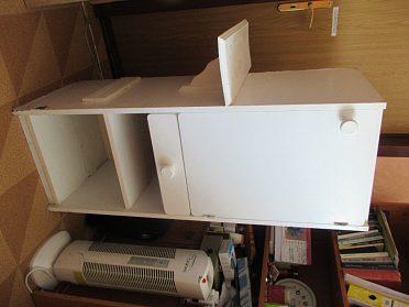 Bílou skříňku, vhodná na nářadí, do dílny nebo garáže, na chatu.