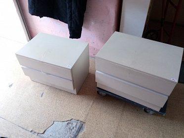 2x stolek se šuplíky, barva krémově bílá, cena za kus 250,-kč