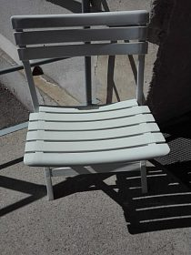 Bílá plastová sklapovací židlička cena 250,-kč
