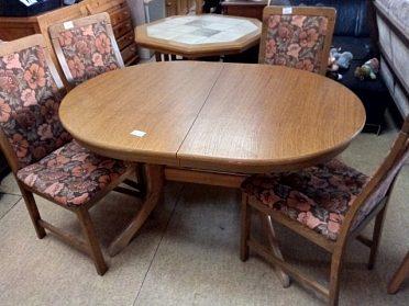 Jídelní stůl ovál, rozkládací, cena 3.600,-kč