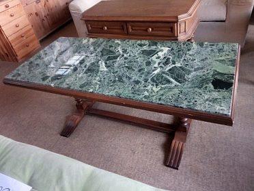 Konferenční stůl se zeleným mramorem, nohy masív, cena 2.400,-kč