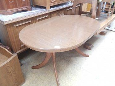 Jídelní stůl ovál, cena 1.200,-kč