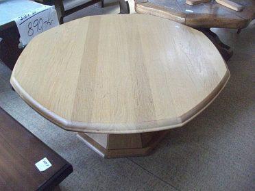 Velmi pěkný, dubový konferenční stolek, pěkná zvláštní noha, cena 2.990,-kč