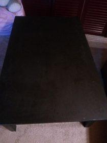 černý dřevěný konferenční stůl