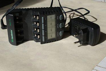 Mini, inteligentní nabíječka  na 4 x tušková baterie.