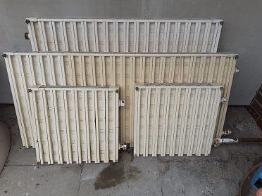 Radiátor s hlinikovými lamelami.