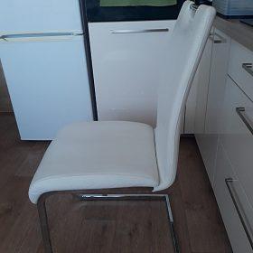 Bílé židle z ekokůže