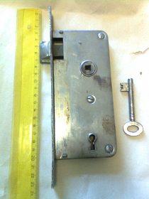 Starý dveřní zámek s klíčem