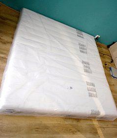 Velká matrace na dvoulůžko.