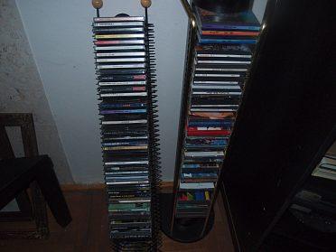 prodám CD asi 90 ks a stojany