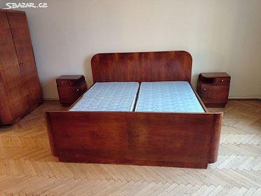 Postele s matracemi, noční stolky
