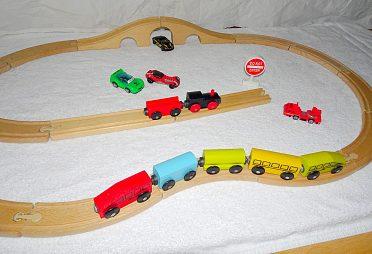 Vláčkodráha  s vagonky a lokomotivou.