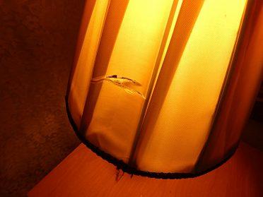 Stará lampa na noční stolek