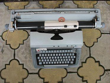 Psací stroj Consul + kufr + další perličkový
