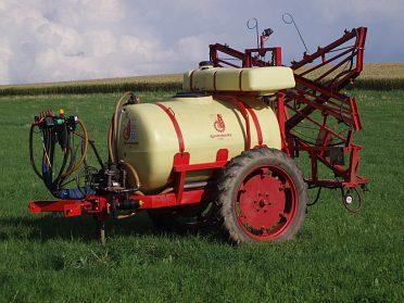 Návěsný postřikovač Agromechanika AGS 1500 EN/18 MRX