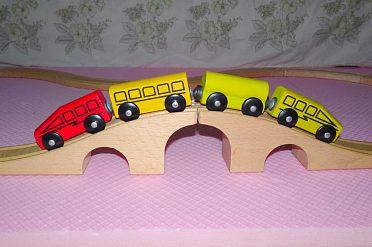 Vláčkodráha  s vagonky a lokomotivou. Masivní dřevo