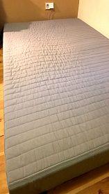 Pevná matrace se sundatelným potahem.