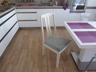 prodám bílé dřevěné židle s čalouněným sedákem,