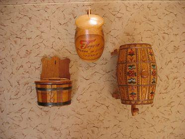 Dřevěný soudek, džbán a solnička.